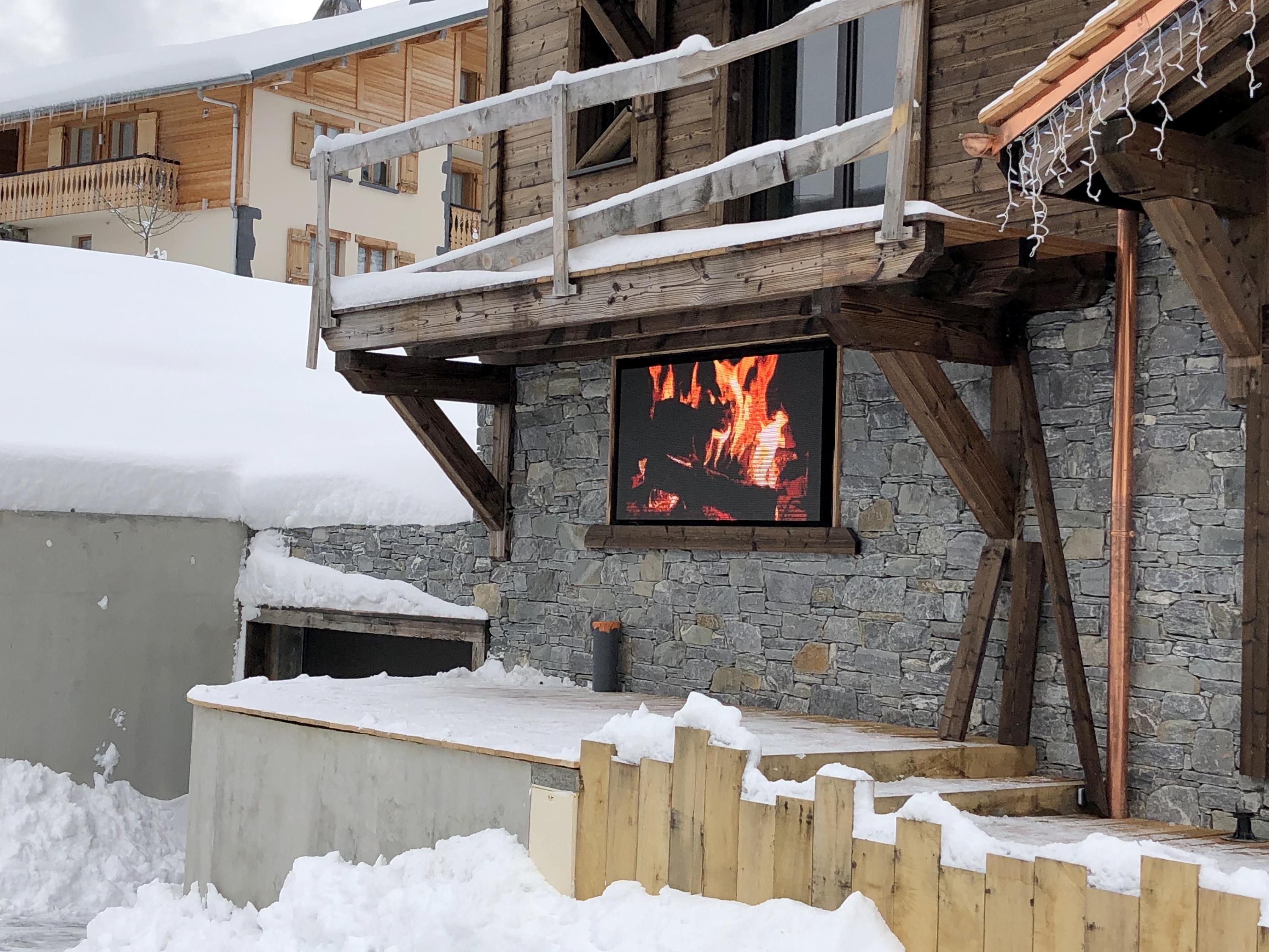 Installation d'un écran Leds  Squaretech Pitch 4.8 dans la station de ski Les Gets (Alpes - Haute Savoie).
